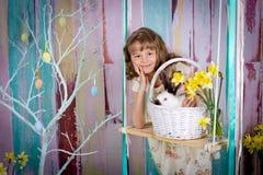 Easter królik na huśtawce i dziewczyna Obrazy Royalty Free