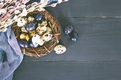 easter livstid fortfarande Guld- ägg över grön lutningbakgrund Arkivfoton