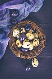 easter livstid fortfarande Guld- ägg över grön lutningbakgrund Arkivbilder