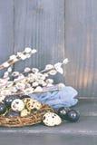 easter livstid fortfarande Guld- ägg över grön lutningbakgrund Fotografering för Bildbyråer