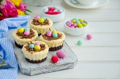 Free Easter Mini Brownie Cheesecake Bird`s Nest With Chocolate And Candy Eggs. Easter Dessert. Funny Food Idea For Children. Royalty Free Stock Image - 174759446