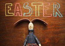 Easter note bunny on wood background Royalty Free Stock Photos