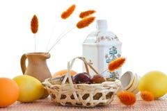 Easter. Ovos e jarro cerâmico de água Imagens de Stock Royalty Free