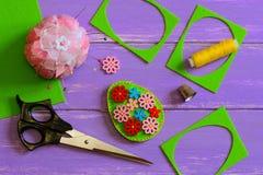 Easter pintou o ovo no fundo branco Ovo da páscoa de feltro de Hodemade com as flores de madeira brilhantes Sucata de feltro, tes imagens de stock royalty free