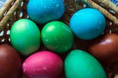 Easter pintou ovos multicolored Lotes de ovos da galinha e de um ovo de ganso fotografia de stock royalty free