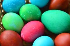 Easter pintou ovos multicolored Lotes de ovos da galinha e de um ovo de ganso imagem de stock royalty free