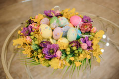 Easter table decoration with flowers and eggs Royalty Free Stock Photos