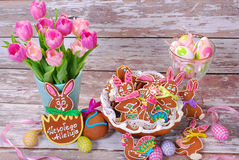 Easter table decoration with gingerbread cookies Royalty Free Stock Photos