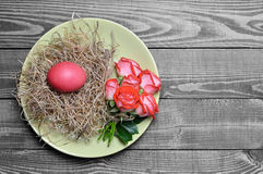 Easter table decoration: Plate decorated with Easter egg in the nest and flowers Stock Photo