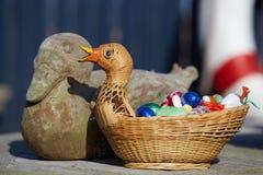 Easterbasket με τα γλυκά eastereggs, 2018 στη Δανία στοκ εικόνες με δικαίωμα ελεύθερης χρήσης