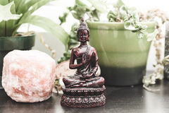 Eastern and worldly decorations on a shelf Royalty Free Stock Photography