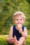 Easting Eiscreme des Kleinkindjungen Stockfotos