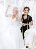 Easts de la novia ella ojos sobre el vestido de boda imagen de archivo