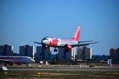 Easyjet和Jet2航行器着陆在阿利坎特机场 免版税库存照片