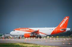 Easyjet商业飞机在米兰` s利纳泰区机场登陆 利纳泰区是为许多短和中等镭服务的意大利航空的一个主要插孔 图库摄影