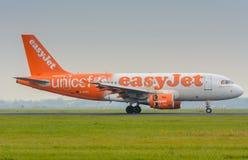 从Easyjet空中客车319 G-EZIO的航空器在机场登陆 免版税库存照片