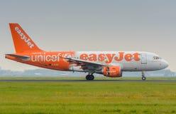 从Easyjet空中客车319 G-EZIO的航空器在机场登陆 库存图片