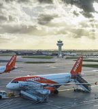 Easyjet飞机在伦敦` s盖特威克机场- SouthTerminal 库存照片