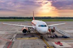 EasyJet飞机在马尔彭萨机场 图库摄影