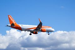 Easyjet,空中客车A320 - 214在空气 免版税库存图片