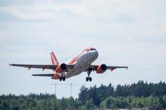 Easyjet, аэробус A319 - 111 принимают  стоковое изображение