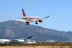 Easyjet A319 quase na terra Imagens de Stock Royalty Free