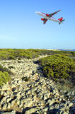 Easyjet Aerobus A320 samolot lata nad przylądka St Vincent footpath na górze falezy Zdjęcia Stock