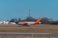 EasyJet Airbus A319 à la piste à l'aéroport de Copenhague Images stock