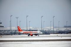 EasyJet Airbus A319-100, décollages de G-EZDD dans l'aéroport de Munich Images libres de droits