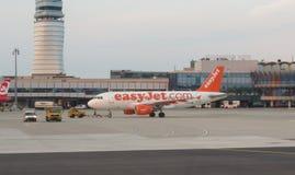 EasyJet Airbus A319, der in Wien Schwechat mit einem Taxi fährt Stockfotos