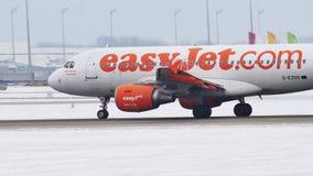 EasyJet Airbus A319-100, despegues de G-EZDD en el aeropuerto de Munich metrajes