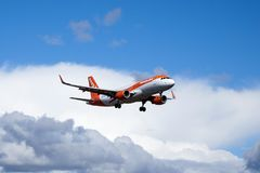 Easyjet, Airbus A320 - 214 fliegend stockfoto