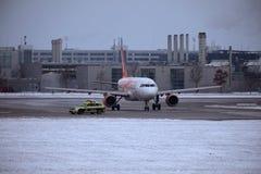 EasyJet Airbus A320-200 G-EZBJ faisant le taxi dans l'aéroport de Munich Images libres de droits