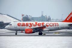 EasyJet Airbus A319-100 G-EZDD décollant de la piste neigeuse Image stock