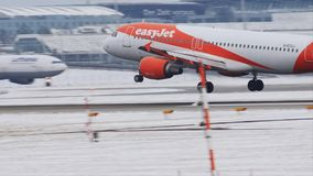EasyJet Airbus A320-200, G-EZUJ aterriza en el aeropuerto de Munich almacen de metraje de vídeo