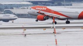 EasyJet Airbus A320-200, G-EZUJ atterra nell'aeroporto di Monaco di Baviera video d archivio