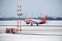 EasyJet Airbus A320-200 G-EZUJ décollant d'une piste neigeuse Images stock