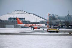 EasyJet Airbus A320-200 G-EZUJ faisant le taxi dans l'aéroport de Munich Images stock