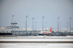 EasyJet Airbus A320-200 G-EZUJ faisant le taxi dans l'aéroport de Munich Photos libres de droits