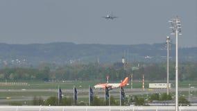 EasyJet Airbus A320-200 G-EZWC che fa taxi video d archivio