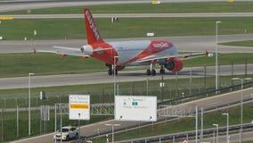 EasyJet Airbus A320-200 G-EZWC che rulla a Monaco di Baviera archivi video