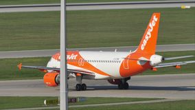 EasyJet Airbus A320-200 G-EZWC que hace el taxi almacen de video