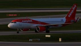 EasyJet Airbus que hace el taxi en el aeropuerto de Munich