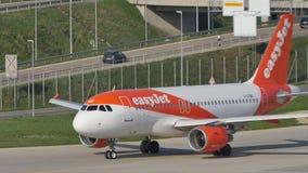 EasyJet Airbus que lleva en taxi en Munich Airpor, primavera almacen de metraje de vídeo
