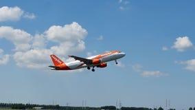 EasyJet Airbus que saca del AMS del aeropuerto de Schiphol Amsterdam metrajes