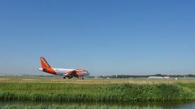 EasyJet Airbus que taxiing na pista de decolagem, AMS do aeroporto de Schiphol Amsterdão video estoque