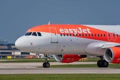 Easyjet Airbus A320 roulant au sol pour le départ Vue étroite d'avant images stock
