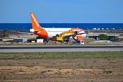 Easyjet avec des réparations de piste à l'aéroport d'Alicante photographie stock