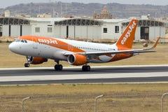 EasyJet bon marché Airbus décollent dessus Image libre de droits
