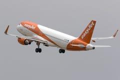 EasyJet bon marché Airbus décollent dessus Photos stock